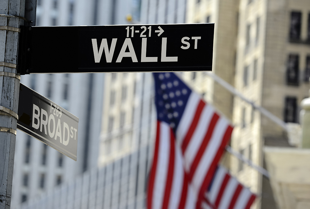Can the Fed Prevent Overvalued Market Leaders from Falling?